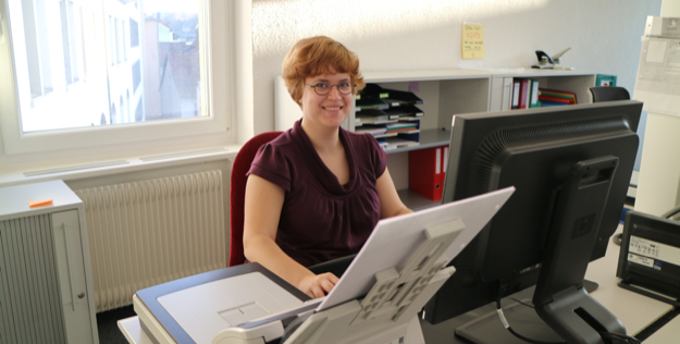 Bild von Frau an der Arbeit